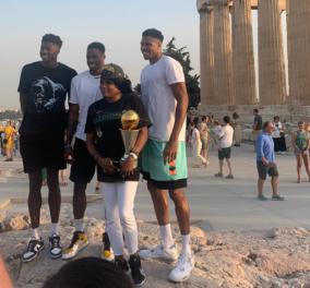 Greek Freak: Στην Ακρόπολη «αγκαλιά» με τα τρόπαια η οικογένεια Αντετοκούνμπο - Το πρόγραμμα των διακοπών του (φωτό) - Κυρίως Φωτογραφία - Gallery - Video