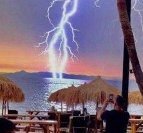 Η εντυπωσιακή φωτογραφία από τη χθεσινή κακοκαιρία στην Αθήνα: Κεραυνός στην παραλιακή χτυπά τη θάλασσα - Κυρίως Φωτογραφία - Gallery - Video