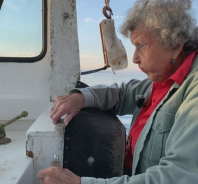 Top Woman ετών 101: Η Βιρτζίνια η «κυρία των αστακών» ψαρεύει ακόμη: «Θα συνεχίσω μέχρι να πεθάνω» - Βοηθός ο 78χρονος γιος της (φώτο – βίντεο) - Κυρίως Φωτογραφία - Gallery - Video