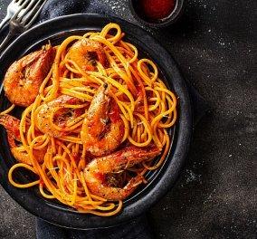 Γαριδομακαρονάδα από την Αργυρώ Μπαρμπαρίγου! Η καλύτερη συνταγή με τέλεια σάλτσα ντομάτας - Κυρίως Φωτογραφία - Gallery - Video