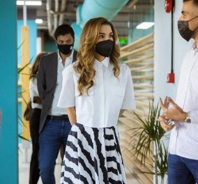 Βασίλισσα Ράνια της Ιορδανίας, η πιο σικάτη royal: Με ασπρόμαυρο σύνολο σε start-up εταιρεία - η φούστα, το πουκάμισο (φωτό & βίντεο) - Κυρίως Φωτογραφία - Gallery - Video