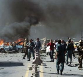 """Τρομοκρατική επίθεση του ISIS στην Καμπούλ: Ξεπέρασαν τους 100 οι νεκροί - """"Θα τους καταδιώξουμε &  θα το πληρώσουν"""", λέει ο Μπάιντεν  - Κυρίως Φωτογραφία - Gallery - Video"""