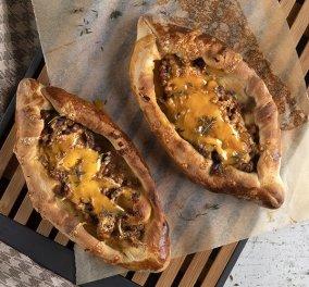 Άκης Πετρετζίκης: Δημιουργεί τα πιο νόστιμα & εύκολα πεϊνιρλί με κιμά - Φτιάξτε τα για πρωινό  - Κυρίως Φωτογραφία - Gallery - Video