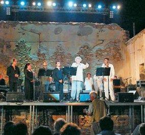 Μια συγκλονιστική στιγμή που έγραψε ιστορία: Όταν ο Μίκης έδωσε συναυλία στη Μακρόνησο -  Ο κόσμος όρθιος να κλαίει & να τραγουδάει (βίντεο)  - Κυρίως Φωτογραφία - Gallery - Video