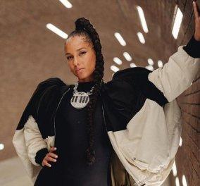 Η Alicia Keys αναβιώνει το 90s hair trend στα μαλλιά της με άπειρες μικρές πεταλούδες & αξεσουάρ - ταυτόχρονα τραγουδάει (φωτό & βίντεο) - Κυρίως Φωτογραφία - Gallery - Video