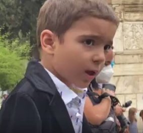 Ο καλύτερος αποχαιρετισμός: Ο 5χρονος Αναστάσης τραγούδησε το «Σώπα όπου να' ναι θα σημάνουν οι καμπάνες» έξω από την Μητρόπολη (βίντεο) - Κυρίως Φωτογραφία - Gallery - Video