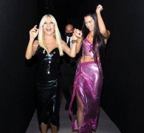 Η Dua Lipa περπάτησε στο catwalk του Versace & «έριξε» το site του οίκου! - την παράσταση όμως «έκλεψε» η Donatella (φωτό & βίντεο) - Κυρίως Φωτογραφία - Gallery - Video