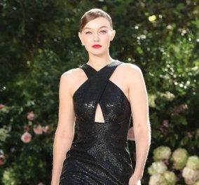 Ρομαντική η νέα κολεξιόν του Michael Kors: Τα λαμπερά, μαύρα φορέματα της Gigi & της Kendall, τα γαλάζια ή ροζ σύνολα (φωτό & βίντεο) - Κυρίως Φωτογραφία - Gallery - Video