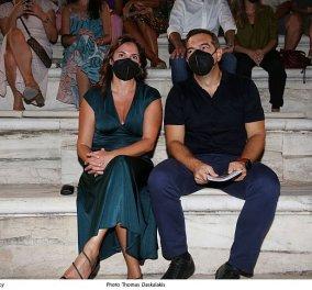 Αλέξης Τσίπρας -  Περιστέρα Μπαζιάνα: Στο Ηρώδειο για την παράσταση  «Προμηθέας Δεσμώτης» με τον Στάνκογλου - Σικάτη με μπλε φόρεμα η Μπέτυ (φωτό)  - Κυρίως Φωτογραφία - Gallery - Video