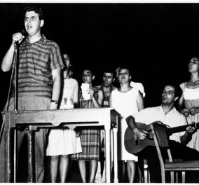 Vintage pic: Όταν ο Μίκης Θεοδωράκης φιλούσε τρυφερά την Τζένη Καρέζη - Σπάνιο στιγμιότυπο  - Κυρίως Φωτογραφία - Gallery - Video