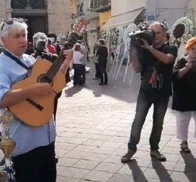 """Συγκινεί ο Henning Zierock: Ο Γερμανός διευθυντής χορωδίας & φίλος του Μίκη Θεοδωράκη παίζει με την κιθάρα του """"Είμαστε δυο - είμαστε τρεις"""" έξω από τη Μητρόπολη Χανίων (βίντεο) - Κυρίως Φωτογραφία - Gallery - Video"""