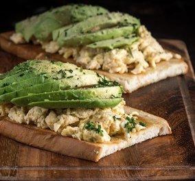 Άκης Πετρετζίκης: Δημιουργεί Αβοκάντο τοστ με αβγά scrambled - Υπέροχη ιδέα για πρωινό ή brunch - Κυρίως Φωτογραφία - Gallery - Video