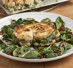 Τρέλανέ μας Άκη! Ο σεφ της καρδιάς μας, μας φτιάχνει γεμιστό στήθος κοτόπουλου  - Με σπανάκι και τυρί κρέμα - Κυρίως Φωτογραφία - Gallery - Video