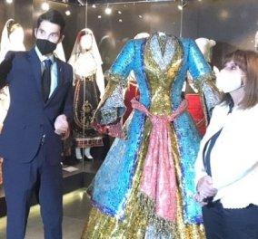 Η Πρόεδρος της Δημοκρατίας επισκέφθηκε τους «Ήρωες από μέταλλο» - ο Νίκος Φλώρος της απένειμε τιμητικά ένα από τα έργα του (φωτό) - Κυρίως Φωτογραφία - Gallery - Video