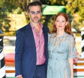 Με τον Ιταλό αριστοκράτη & πολύ νεότερο σύζυγο της έφτασε στην Βενετία η Jessica Chastain -η θαλασσί τουαλέτα  & το δωμάτιο που κοστίζει 4000 ευρώ (φώτο) - Κυρίως Φωτογραφία - Gallery - Video