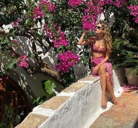 Η Ευγενία Νιάρχου στην πιο ελληνική της φωτογραφία: Οι ροζ - φούξια βουκαμβίλιες, σήμα κατατεθέν των νησιών μας & το ασορτί μπικίνι της - Κυρίως Φωτογραφία - Gallery - Video