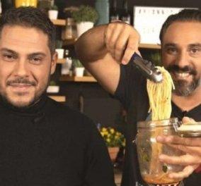 """Απολαυστικό βίντεο! Οι """"Μαγκάιβερ"""" της κουζίνας Γιάννης Λουκάκος & Αθηναγόρας Κωστάκος φτιάχνουν τη """"Μακαρονάδα του τεμπέλη""""  - Κυρίως Φωτογραφία - Gallery - Video"""