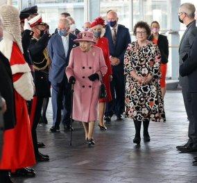 Με ροζ παλτό & εντυπωσιακή διαμαντένια καρφίτσα η βασίλισσα Ελισάβετ στο κοινοβούλιο της Ουαλίας - Στα κόκκινα η Καμίλα (φώτο) - Κυρίως Φωτογραφία - Gallery - Video