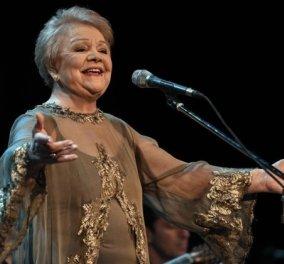 Η σπάνια εμφάνιση της Μαίρης Λίντα: Τραγούδησε Μανώλη Χιώτη μέσα από το γηροκομείο - η συγκινητική εκδήλωση (βίντεο) - Κυρίως Φωτογραφία - Gallery - Video