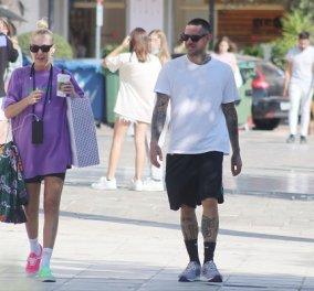 Η Τάμτα & ο Πάρις Κασιδόκωστας βόλτα στη Γλυφάδα: Το πολύχρωμο outfit της pop star - ένα παπούτσι φούξια, ένα πράσινο (φωτό) - Κυρίως Φωτογραφία - Gallery - Video