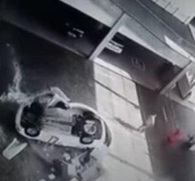 Βίντεο για γερά νεύρα: Το αυτοκίνητο πέφτει από τον 2ο όροφο πάνω στις δύο ρεσεψιονίστ της αντιπροσωπείας της Volkswagen - Κυρίως Φωτογραφία - Gallery - Video