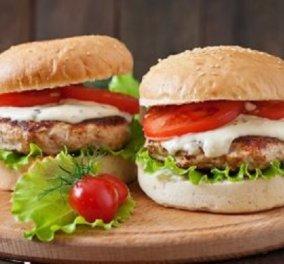 Δημήτρης Σκαρμούτσος: Μπέργκερ γαλοπούλας με σάλτσα φέτας  - τόσο νόστιμο που θα θέλετε να το καταβροχθίσετε! - Κυρίως Φωτογραφία - Gallery - Video
