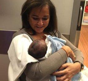 Περήφανη γιαγιά η Ντόρα Μπακογιάννη - Ποζάρει με τον νεογέννητο εγγονό της αγκαλιά και το μοιράζεται στο facebook! (Φωτό) - Κυρίως Φωτογραφία - Gallery - Video