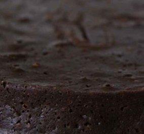 Ανάποδη σοκολατόπιτα που λιώνει στο στόμα φτιάξτε σήμερα με υπογραφή του Άκη Πετρετζίκη  - Κυρίως Φωτογραφία - Gallery - Video
