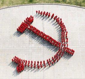 Δείτε πως οι Κινέζοι φοιτητές πετούν τα καπέλα τους στον αέρα και σχηματίζουν το σύμβολο του κόμματος  - Κυρίως Φωτογραφία - Gallery - Video