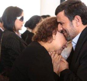 Η φωτογραφία της ημέρας: Ο Αχμαντινετζάντ αγκαλιάζει τη μητέρα του Τσάβες και προκαλεί αντιδράσεις στο Ιράν - Κυρίως Φωτογραφία - Gallery - Video