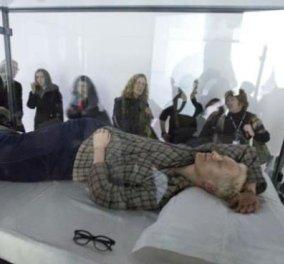«Ζωντανή καλλιτέχνης» η Τίλτνα Σουίντον, κοιμήθηκε για οκτώ ώρες μπροστά στα έκπληκτα μάτια των επισκεπτών του ΜΟΜΑ - Κυρίως Φωτογραφία - Gallery - Video