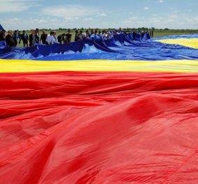 Η φωτογραφία της ημέρας - Την μεγαλύτερη σημαία στον κόσμο σχεδίασαν οι κάτοικοι ενός χωριού στην Ρουμανία! - Κυρίως Φωτογραφία - Gallery - Video