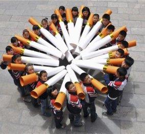 Η φωτογραφία της ημέρας - Μαθητές στην Κίνα κρατούν μοντέλα τεράστιων τσιγάρων στη διάρκεια καμπάνιας κατά του καπνίσματος! - Κυρίως Φωτογραφία - Gallery - Video
