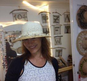 Smile: Ποζάρω χαμογελαστή με τα καπέλα της μαμάς του Κρατερού Κατσούλη γιατί η ζωή είναι μικρή για να είναι θλιβερή... Καλό καλοκαίρι! (φωτό) - Κυρίως Φωτογραφία - Gallery - Video