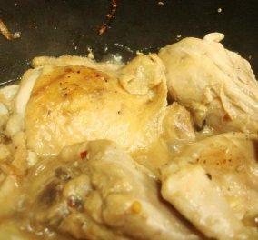 Ο Άκης  Πετρετζίκης μας ετοιμάζει για το κυριακάτικο τραπέζι κοτόπουλο λεμονάτο κατσαρόλας  - Κυρίως Φωτογραφία - Gallery - Video