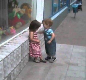 Smile: Ένα αγοράκι κυνηγά να φιλήσει ένα κοριτσάκι, αλλά αυτό κρατάει...χαρακτήρα (βίντεο) - Κυρίως Φωτογραφία - Gallery - Video