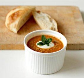 Εύκολη χειμωνιάτικη σούπα με τραχανά, ντομάτα και γιαούρτι μας στέλνει για να ζεσταθούμε από τη Νέα Υόρκη ο Γιάννης Τόμπας - Κυρίως Φωτογραφία - Gallery - Video
