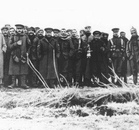 Αυτή είναι η ιστορία της ''χριστουγεννιάτικης εκεχειρίας'' στα χαρακώματα του Α' Παγκόσμιου Πολέμου - Σαν σήμερα Άγγλοι και Γερμανοί έγιναν... ένα, αντάλλαξαν δώρα και κατέβασαν πολλά λίτρα μπύρας! - Κυρίως Φωτογραφία - Gallery - Video