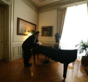 Smile: Μαθήματα πιάνου ξεκίνησε ο Αντώνης Σαμαράς - Δείτε! (φωτό) - Κυρίως Φωτογραφία - Gallery - Video