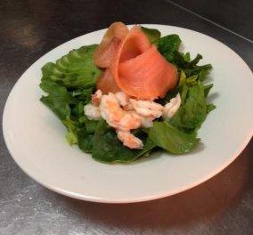 Πράσινη σαλάτα με καπνιστό σολωμό, βραστές γαρίδες, αβοκάντο και ροζ πιπέρι από τον σεφ μας Ηλία Ιωσηφέλη - Πραγματική απόλαυση! - Κυρίως Φωτογραφία - Gallery - Video