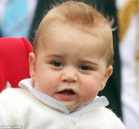 Ο πρίγκιψ Γεώργιος βγάζει δοντάκια και τους αφήνει όλους άυπνους! Στο πρώτο οικογενειακό ταξίδι με τους γονείς του Κέιτ και Γουίλιαμ κέρδισε τις εντυπώσεις! (Φωτό - βίντεο) - Κυρίως Φωτογραφία - Gallery - Video