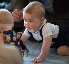 Xιλιάδες φλας... έλουσαν τον Πρίγκιπα George να τραβάει τα μαλλιά της Κέιτ, να παίζει και να συναναστρέφεται επιτέλους με άλλα μικρά παιδάκια στην Νέα Ζηλανδία! (Φωτό-βίντεο) - Κυρίως Φωτογραφία - Gallery - Video