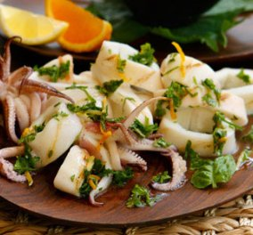 Σε 10 λεπτά μόνο η Νένα Ισμυρνόγλου σας μαγειρεύει καλαμάρι με πορτοκάλι και μυρωδικά: το τέλειο πιάτο του Σαββατοκύριακου! - Κυρίως Φωτογραφία - Gallery - Video