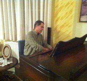 O...άγνωστος Τζήμερος Ιδρυτής της ''ΔΗΜΙΟΥΡΓΙΑ ΞΑΝΑ'' παίζει πιάνο!  - Κυρίως Φωτογραφία - Gallery - Video