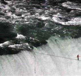 Κατάφερε και διέσχισε τον Νιαγάρα ακροβατώντας πάνω σε ένα σκοινί!! - Κυρίως Φωτογραφία - Gallery - Video