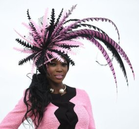 Εδώ σε θέλω κάβουρα: 17 εξωφρενικά καπέλα φόρεσαν οι fashionistas κυρίες για να πάνε στις ιπποδρομίες Cheltenham! (Slideshow) - Κυρίως Φωτογραφία - Gallery - Video