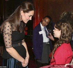 Με ζώνη σφιχτά δεμένη η έγκυος Δούκισσα Κέιτ Μίντλετον και μαύρη διαφανή μπλούζα ήταν η απόλυτη οικοδέσποινα χθες στο Kensigton Palace! (φωτό) - Κυρίως Φωτογραφία - Gallery - Video