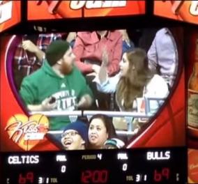 Ανεπανάληπτο σκηνικό σε αγώνα ΝΒΑ: Θεατής αγνοούσε την κοπέλα του μιλώντας στο τηλέφωνο, ώσπου ήρθε η μασκότ τον χτύπησε και την άρπαξε στην αγκαλιά του! (βίντεο) - Κυρίως Φωτογραφία - Gallery - Video