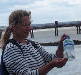 Story of the day: η συναρπαστική ιστορία της Νιcola White που κάθε μέρα μαζεύει στις όχθες του Τάμεση μπουκάλια με μηνύματα και μετά ψάχνει να βρει τους ανθρώπους που τα έστειλαν! (Φωτό) - Κυρίως Φωτογραφία - Gallery - Video