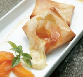 Μας κακομαθαίνει ο Λευτέρης Λαζάρου: Υπέροχο σαγανάκι τυρί σε φύλλο κρούστας με τσάτνεϊ βερίκοκο - Κυρίως Φωτογραφία - Gallery - Video